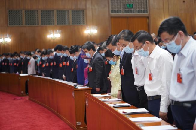 第十三屆全國人大會議在北京人民大會堂開幕,全體與會人員向新冠肺炎疫情犧牲烈士和逝世同胞默哀。(新華社)