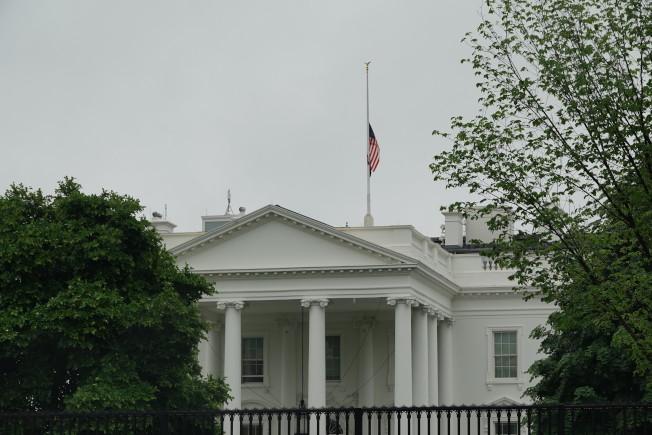 美國總統川普宣布聯邦機構下半旗三天,紀念因新冠病毒喪生的美國人,圖為白宮。華盛頓記者張文馨/攝影