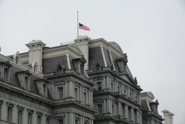 美國總統川普宣布聯邦機構下半旗三天,紀念因新冠病毒喪生的美國人,圖為白宮國安會所在的艾森豪行政大樓。華盛頓記者張文馨/攝影
