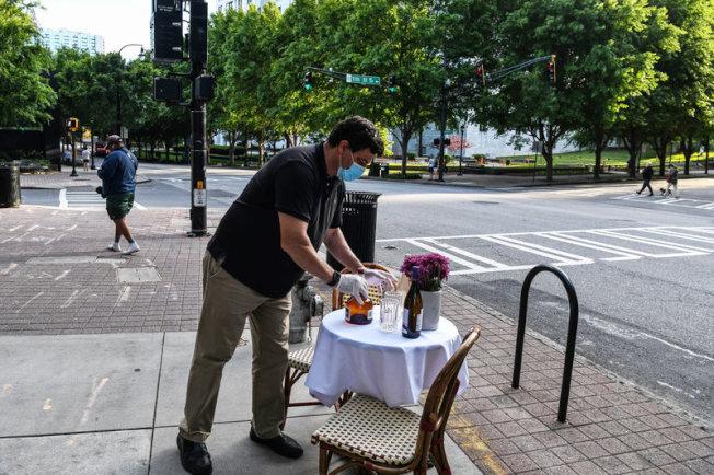 協助餐廳重啟,某些地方政府考慮開放停車場、停車格及人行道供業者暫時使用。(Getty Images)