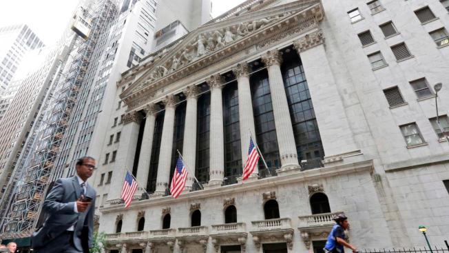 華爾街大銀行開始為解封做準備,原本辦公室空間只能留給少數人,其他人分別調到郊區據點,有人就永遠留在家中上班。(美聯社)