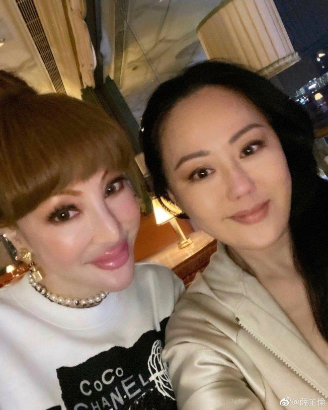 章小蕙(右)近日出現在好友薛芷倫的照片中,引起網友熱議。(取自微博)