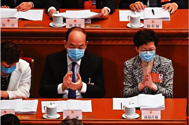 香港特首林鄭月娥(右)21日出席北京舉行的全國人大會議,她表示會全力配合港版國安法的立法工作。(Getty Images)