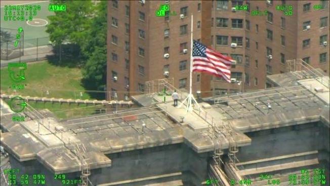 男子攀布魯克林大橋輕生,雙向車道阻斷,市警苦勸3小時獲救。(市警提供)
