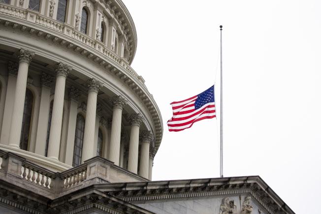 川普總統下令全美降半旗三天,悼念因新冠肺炎逝世的美國人民。圖為國會山莊前降半旗。(歐新社)