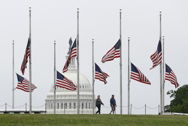 川普總統下令全美降半旗三天,悼念因新冠肺炎逝世的美國人民。圖為華盛頓紀念碑前,遠景為國會山莊的圓頂。(美聯社)