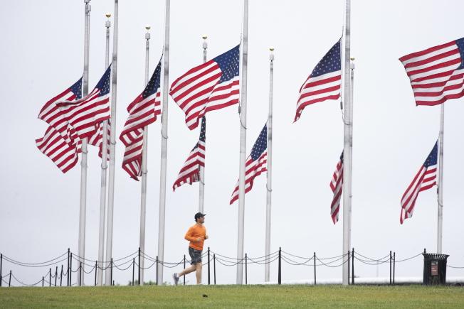 川普總統下令全美降半旗三天,悼念因新冠肺炎逝世的美國人民,圖為華盛頓紀念碑前。美國新冠病逝人數逾9.5萬人。(美聯社)