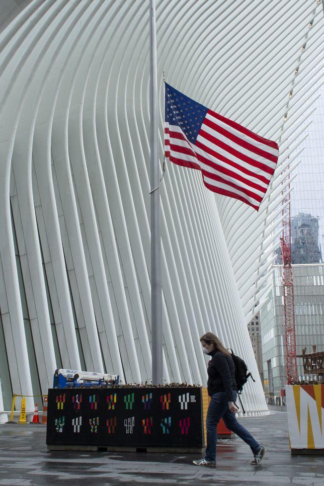 川普總統下令全美降半旗三天,悼念因新冠肺炎逝世的美國人民。圖為紐約世貿中心早在4月即已降半旗。(Getty Images)