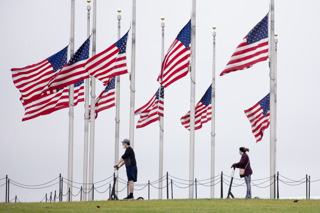 川普總統下令全美降半旗三天,悼念因新冠肺炎逝世的美國人民。紀念5月25國殤日,美國原本就會降半旗。(美聯社)