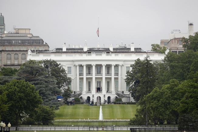 白宮降半旗悼念因新冠肺炎逝世的美國人民。(美聯社)