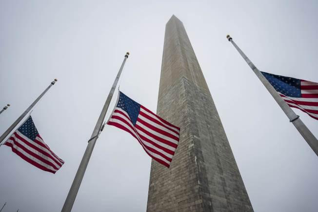 華盛頓紀念碑前,降半旗悼念因新冠肺炎逝世的美國人民。(Getty Images)