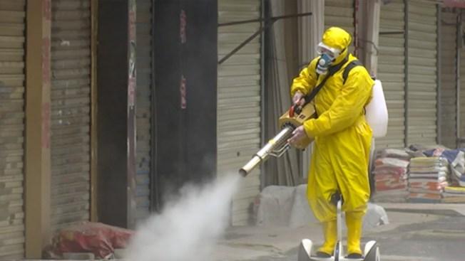 世界衛生組織提醒,部分國家在街上噴灑消毒劑的行為,無法消滅新型冠狀病毒,甚至可能威脅健康。(取自YouTube)