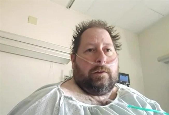 佛羅里達州男子希簡斯原本認為新冠病毒疫情是「假危機」,直到自己與妻子雙雙感染後,才改變觀念。(WPTV電視台截圖)