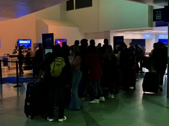 政府官員提醒民眾,出入機場記得配戴手照,旅行期間也須保持清潔衛生,做好防疫措施。(本報檔案照)