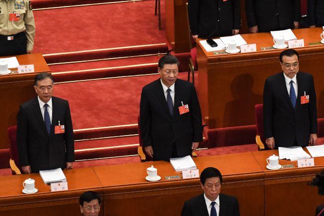 中國全國人大13屆第三次會議21日開幕,習近平(中)、李克強(右)、汪洋(左)均出席。(Getty Images)
