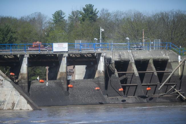 密西根州中部水壩19日潰堤,固然因為前兩天累積雨量達5吋有以致之,專家指和氣候暖化也有關,而且潰堤現象恐怕有增無減。圖為日前決堤的密西根州伊登維爾水壩。(美聯社)