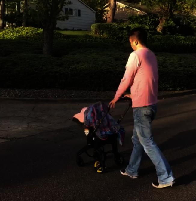 Jason在美國推著「小月亮」享受父女時光。(Jason提供)