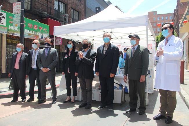 民選官員、衛生局代表和社區僑團人士一起出席活動。(記者李晗 / 攝影)