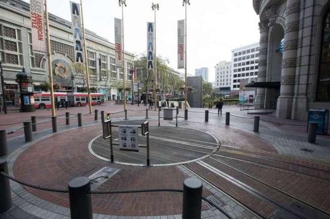 舊金山的纜車仍未解封。圖中是舊金山纜車平時最繁忙的跑華街(Powell St.) 總站,仍是空無一人。(美聯社)