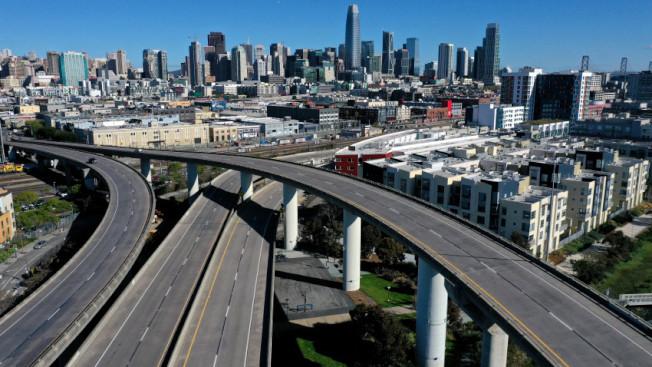 避疫期間,舊金山的公路上,看不到一輛汽車,反映經濟活動完全停頓。(美聯社)