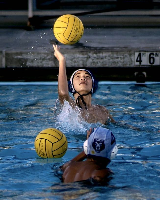 華人莊端的兒子丁卯常參加水球運動。她認為標準化考試有利於孩子提升學業,完善基礎教育知識,但並不意味著孩子只是考試,很多華人家庭都注重孩子全面發展體育才藝。(Maria Ding供圖)