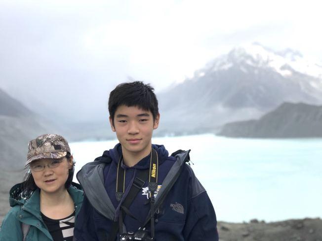 加大將棄用標準化考試成績,華人莊端(左)很擔心兒子丁卯(右)幾年後該如何準備申請大學。(莊端供圖)