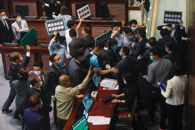 立法會爆衝突 香港立法會的泛民派議員22日在內務委員會因反對新國安法,與會議內的保安扭打。(路透)