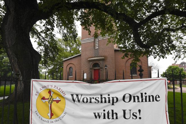 川普22日要求各州重開教會,他表示,州長如不配合,他將推翻州長禁令。圖為馬里蘭一處聖安妮教堂前掛著「線上」服務的標幟。(美聯社)