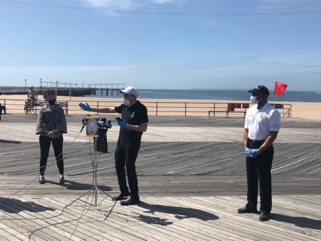 崔馬克(中)、亞當斯(右)22日在康尼島召開記者會,提出「海灘安全計畫」,呼籲市衛生局提供明確的指導與準則,印刷成多種語言在全市進行宣傳。(崔馬克辦公室提供)