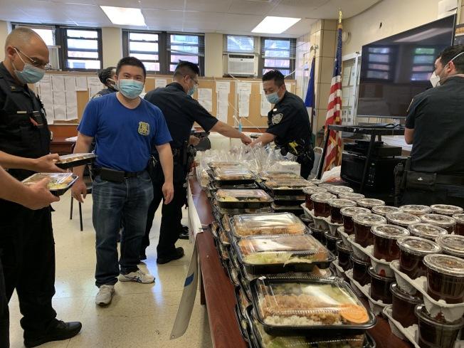 商改區22日贈109分局70分便當與50杯奶茶,鼓勵警員嘗試中餐。(記者賴蕙榆/攝影)