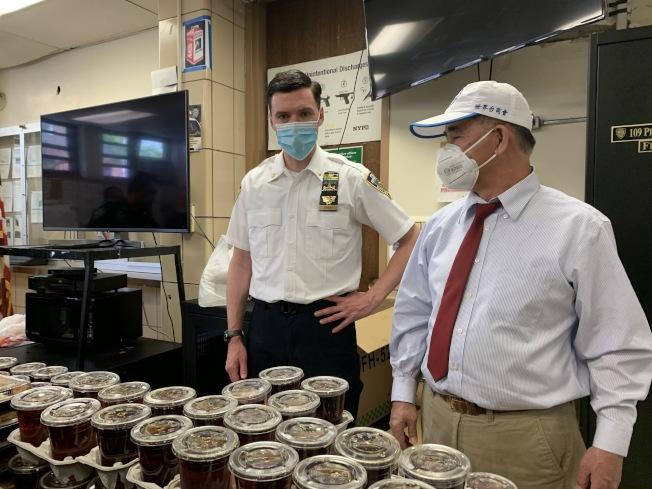夏因感謝華裔商戶連日來慷慨捐贈各式餐點,期待疫情削弱,與居民重返生活。(記者賴蕙榆/攝影)