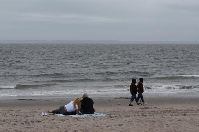 儘管疫情肆虐,仍有情侶享有公眾海灘。(記者顏潔恩/攝影)