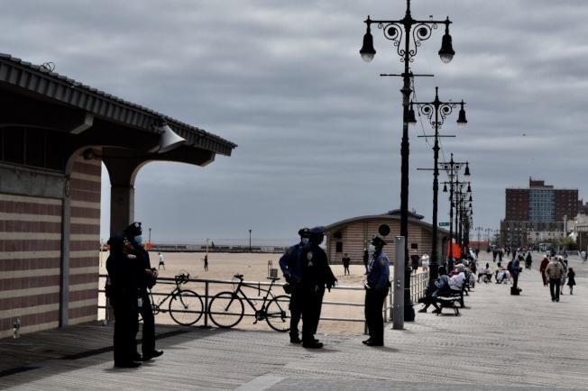 執法人員在海灘入口處站崗。(記者顏潔恩/攝影)