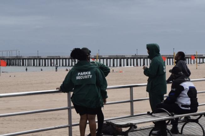市公園局人員在步道上站崗。(記者顏潔恩/攝影)