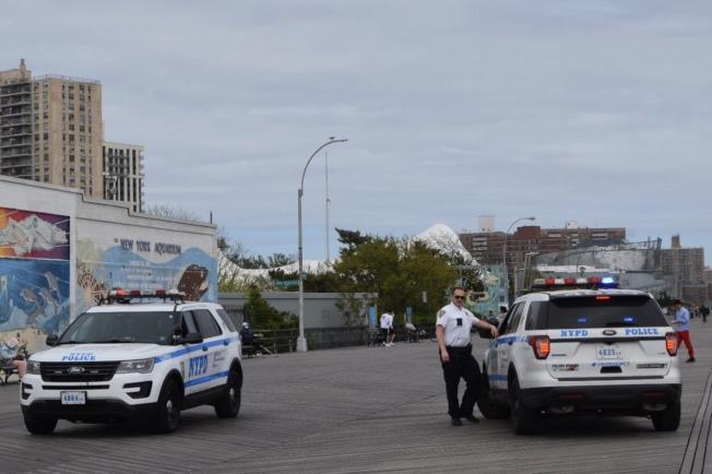 警車經過康尼島步道。(記者顏潔恩/攝影)