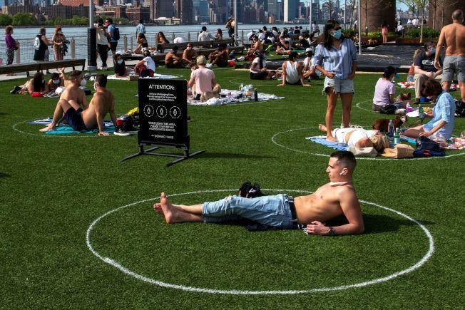 白思豪表示會考慮在公園草坪畫圈使民眾安全享受夏季陽光的作法。(路透)