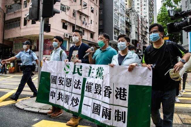 香港立法會的泛民派議員與抗議者,舉牌反對中國將通過新國安法。(Getty Images)