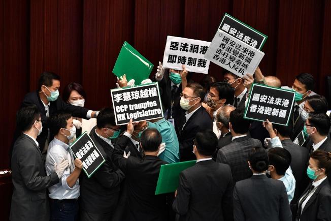 香港立法會的泛民派議員22日在內務委員會因反對新國安法,在會場內爆發衝突。(Getty Images)