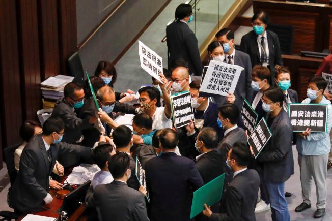 香港立法會的泛民派議員22日在內務委員會因反對新國安法,在會場內爆發衝突。(路透)