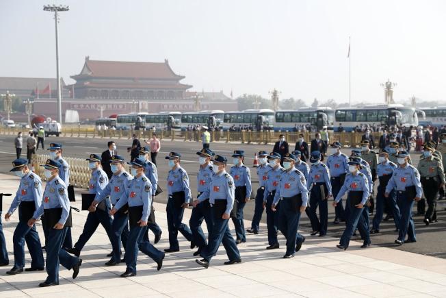 第13屆全國人民代表大會第三次會議22日在北京人民大會堂開幕,圖為軍方代表們入場。(中新社)