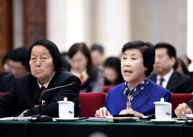 2020年是申紀蘭(左)第66次參加中國兩會,被網民稱為兩會的「活化石」。(新華社)