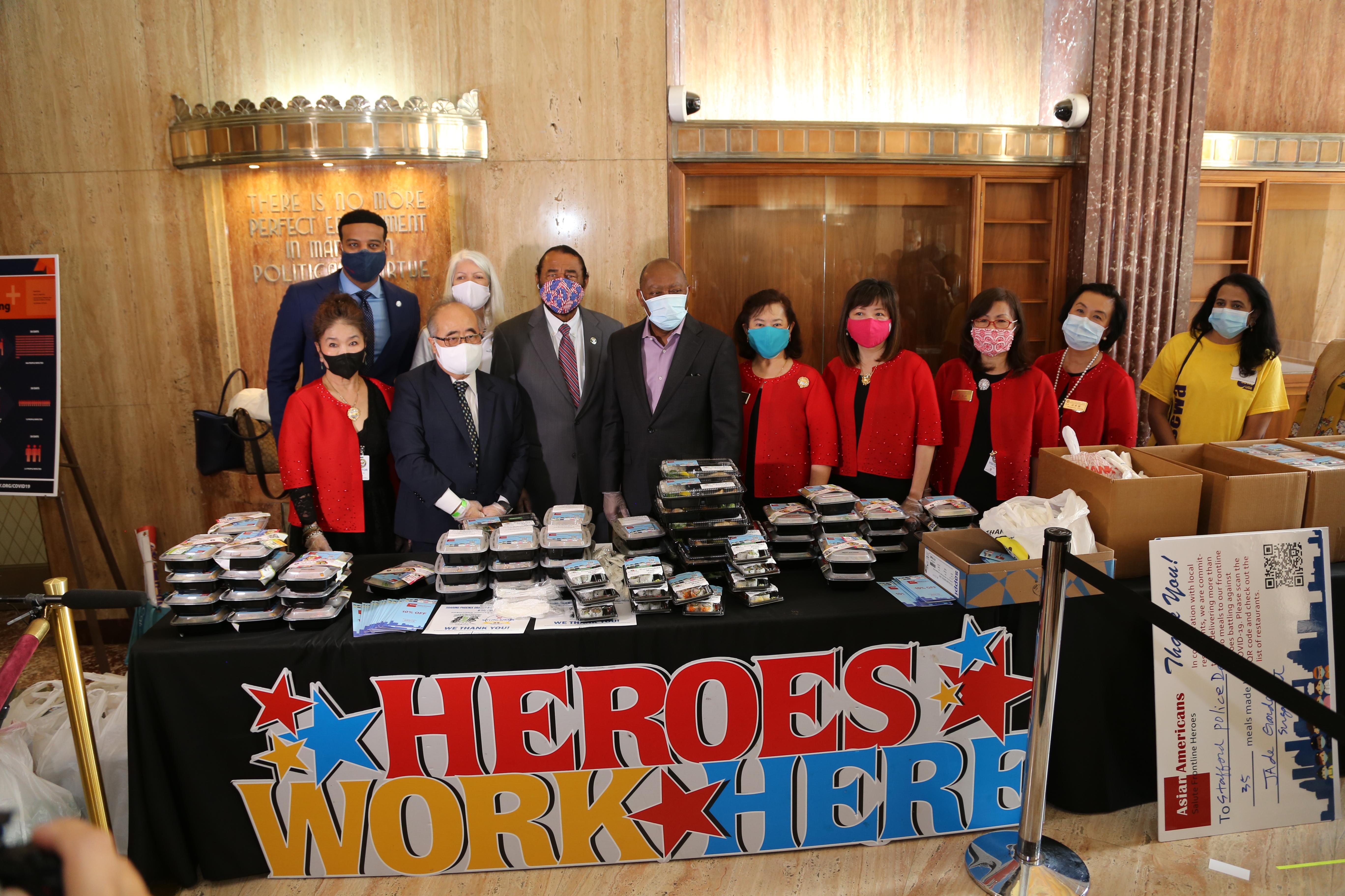 休士頓透納市長(左四)公開表揚亞裔美國人對休士頓的貢獻,左二為西南管理區區長李雄、及多位世華婦女工商會代表。(記者封昌明/攝影)