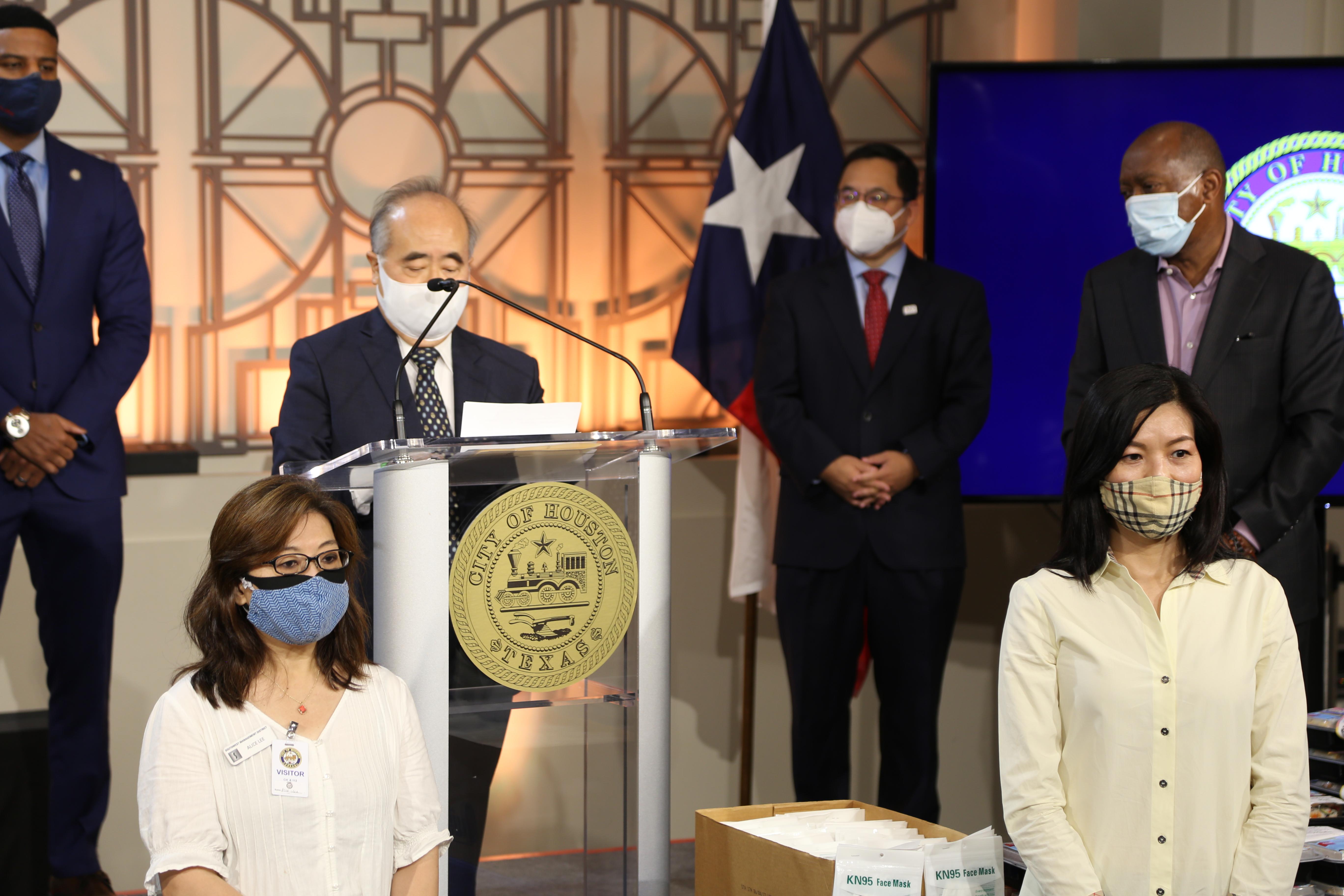西南管理區區長李雄(圖中)在休士頓市政廳發表演講。(記者封昌明/攝影)