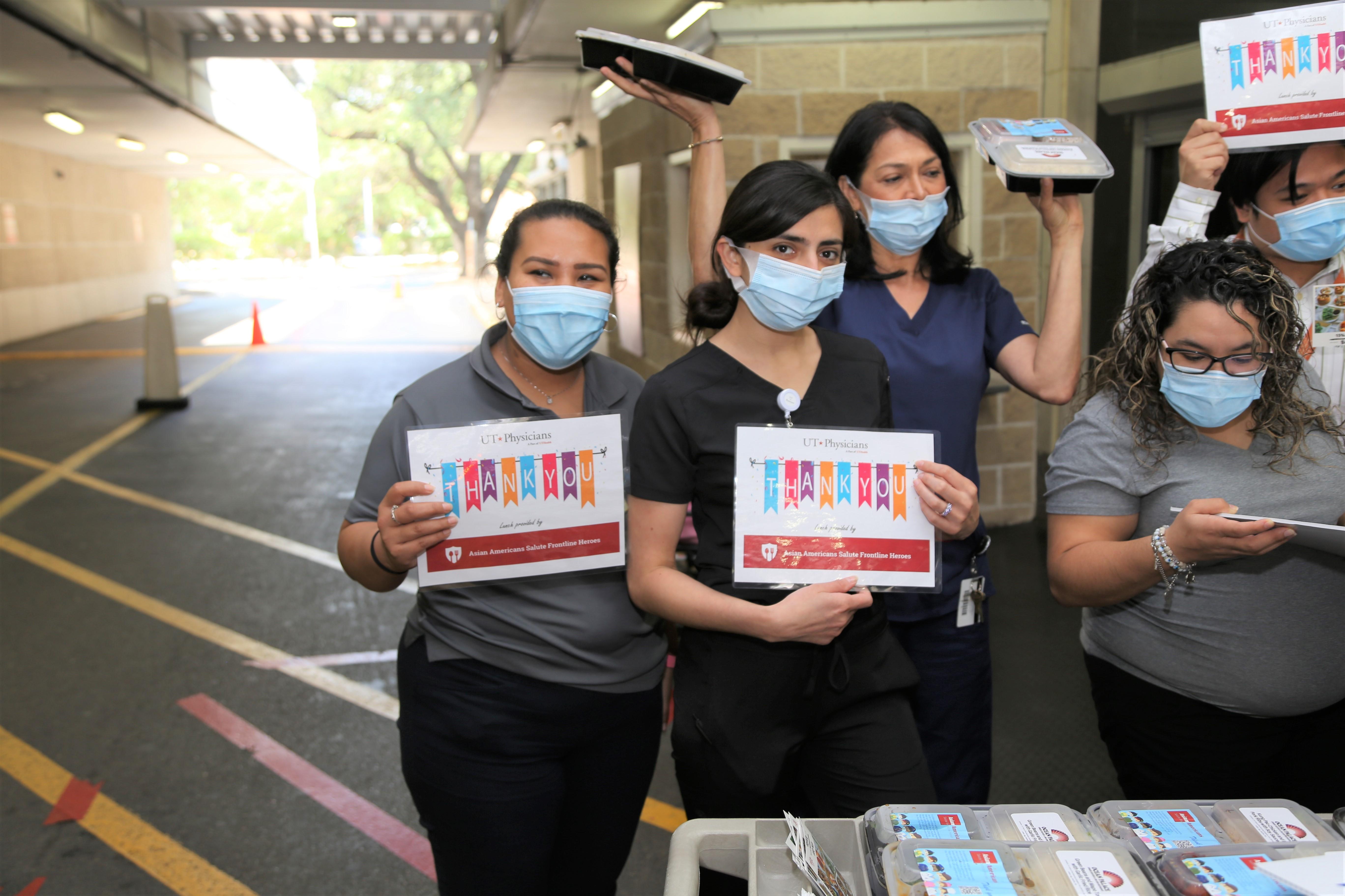 德州大學醫學院的護士們開心展示拿到的飯盒。(記者封昌明/攝影)