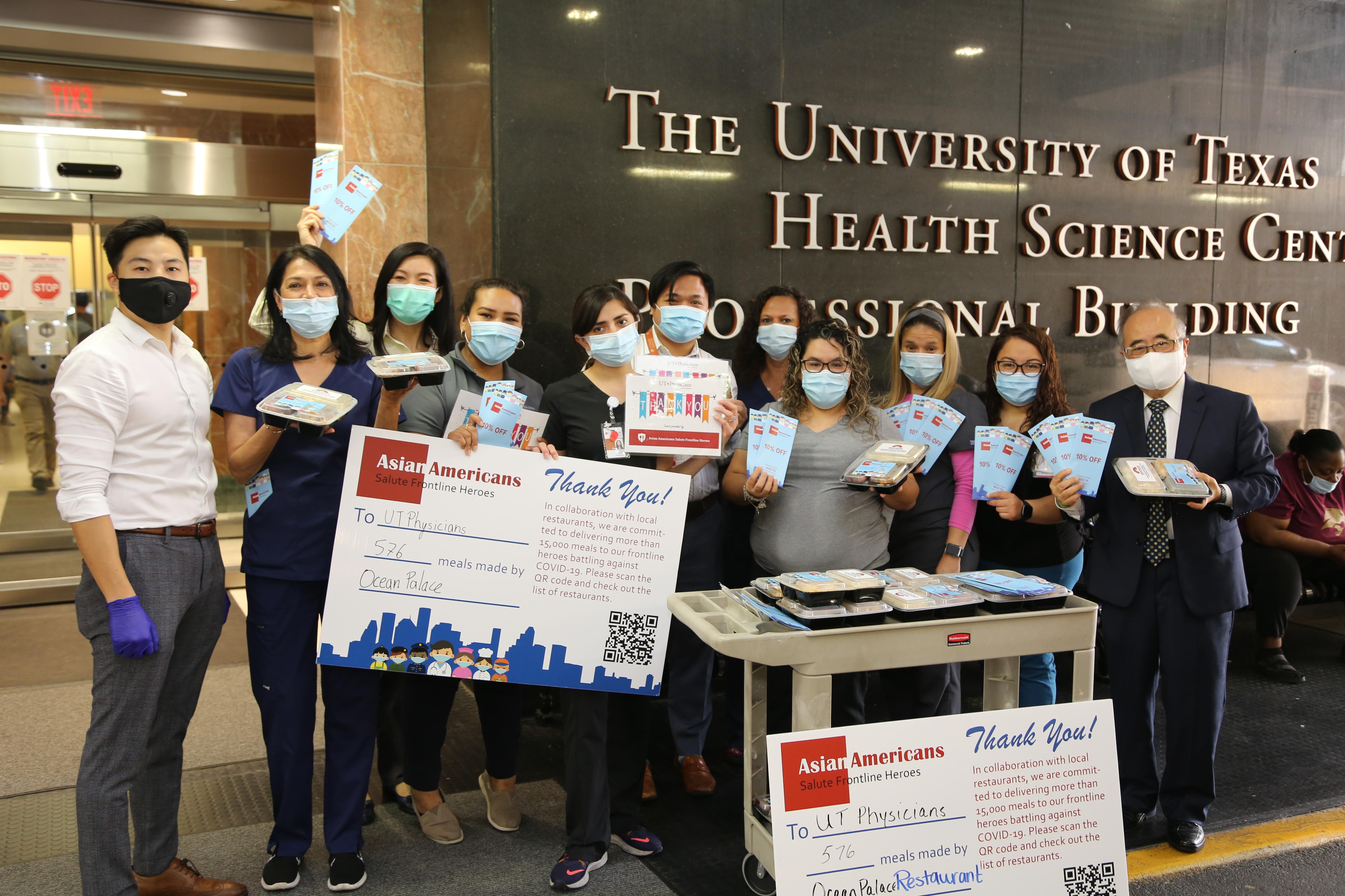 西南管理區區長李雄(右一)與亞裔商會執行長陳宇雯(左三)送出576份餐點到德州大學的醫學院受到護士們熱烈的歡迎。(記者封昌明/攝影)