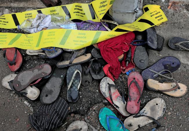 斯里蘭卡可倫坡一名商人發錢,大量人群湧入,結果造成3名女子被踩死,事發現場留有民眾的拖鞋。(路透)