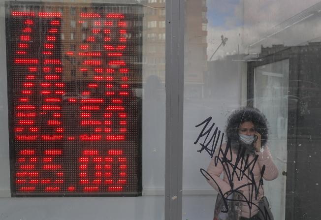 莫斯科發生挾持銀行事件,圖為莫斯科一個匯率看板。(歐新社)