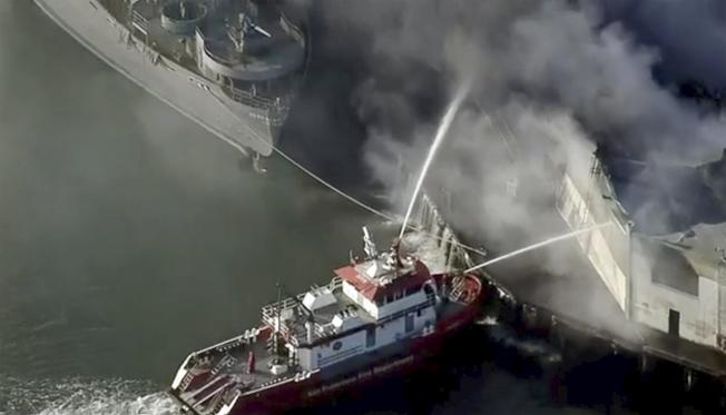 舊金山45號碼頭倉庫今晨發生四級大火。(美聯社)