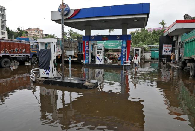 熱帶氣旋安芬重創印度,圖為印度一家加油站淹水。路透