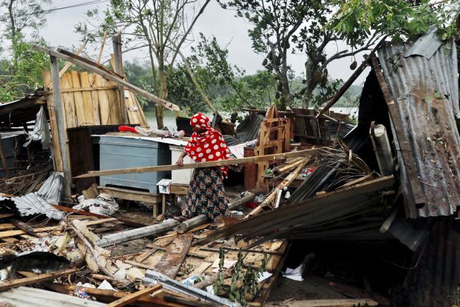 熱帶氣旋安芬肆虐孟加拉,造成許多房屋毀損倒塌。  路透
